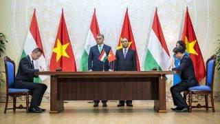 Hanoi, 2017. szeptember 25.A Külgazdasági és Külügyminisztérium (KKM) által közreadott képen Szijjártó Péter külgazdasági és külügyminiszter (b) pénzügyi tárcaközi együttműködési megállapodást ír alá Dang Huy Dong tervezési és beruházási miniszterhelyettessel (j) Hanoiban 2017. szeptember 25-én. Középen Orbán Viktor miniszterelnök (b2), mellette Nguyen Xuan Phuc vietnami kormányfő.MTI Fotó: KKM / Szecsődi Balázs