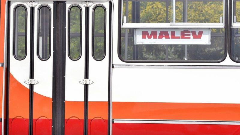 Budapest, 2016. július 5.Az egykori Malév színeire festett, eredeti állapotára felújított Ikarus 280-as autóbusz Budapesten 2016. július 5-én. A buszt a dél-pesti autóbuszgarázsban újítottak fel nosztalgiautazásra.MTI Fotó: Máthé Zoltán