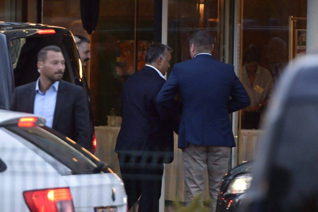 Velence, 2017. szeptember 13. Orbán Viktor miniszterelnök (k) érkezik a Fidesz-KDNP frakciószövetség háromnapos kihelyezett ülésére a velencei Velence Resort & Spa szállodába 2017. szeptember 13-án. MTI Fotó: Máthé Zoltán