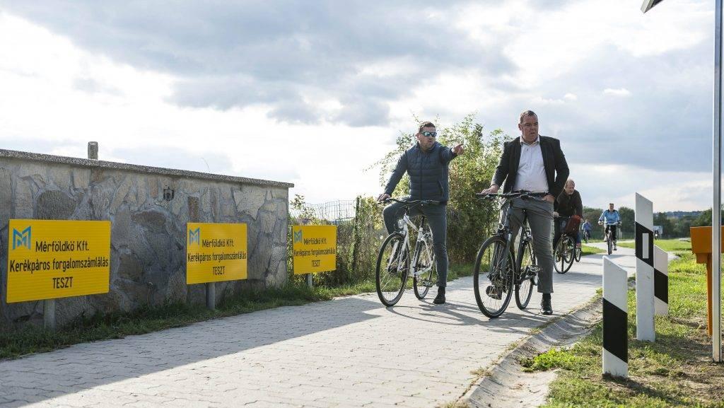Velence, 2017. szeptember 25. Koszti András polgármester (j) és L. Simon László fideszes országgyûlési képviselõ a Velencei-tó kerékpáros forgalmát számláló berendezés bemutatóján Velencén 2017. szeptember 25-én. MTI Fotó: Bodnár Boglárka