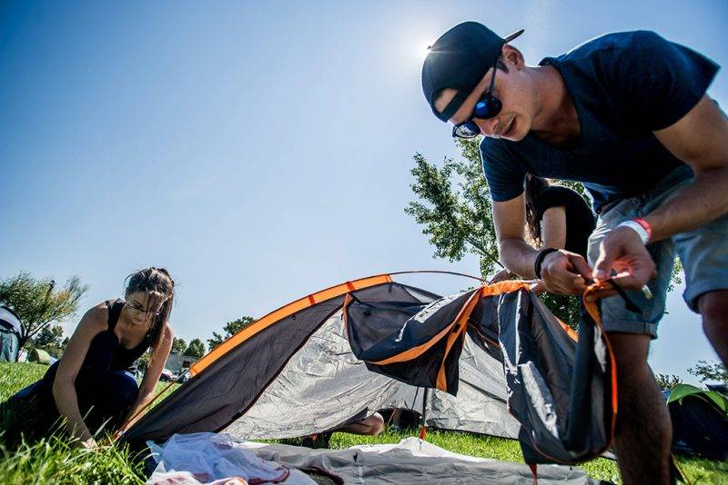 Zamárdi, 2016. augusztus 24.Fesztiválozók állítják fel sátrukat a Strand és a B.my.lake fesztiválon Zamárdiban 2016. augusztus 24-én. Egyszerre két fesztivál, a Strand és a B.my.Lake is elkezdődött Zamárdiban a MOL Nagyon Balaton rendezvénysorozat részeként.MTI Fotó: Balogh Zoltán