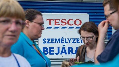 Budapest, 2017. szeptember 8.Sztrájkol a Fogarasi úti Tesco áruház dolgozóinak egy része a Zuglói hipermarket személyzeti bejáratnál 2017. szeptember 8-án. Az áruházlánc sajtóosztályának tájékoztatás szerint az áruházak többsége továbbra is nyitva tart, 6 hipermarket, és több kisebb üzlet bezárását rendelték el, mert nem tudták volna a vásárlókat a megszokott színvonalon kiszolgálni.MTI Fotó: Balogh Zoltán