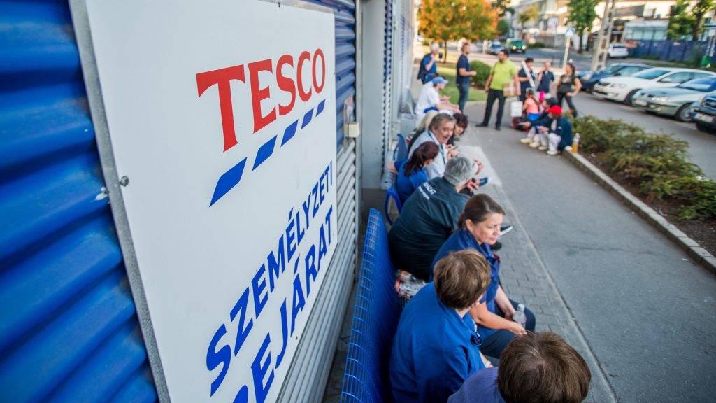 Budapest, 2017. szeptember 8. Sztrájkol a Fogarasi úti Tesco áruház dolgozóinak egy része a Zuglói hipermarket személyzeti bejáratnál 2017. szeptember 8-án. Az áruházlánc sajtóosztályának tájékoztatás szerint az áruházak többsége továbbra is nyitva tart, 6 hipermarket, és több kisebb üzlet bezárását rendelték el, mert nem tudták volna a vásárlókat a megszokott színvonalon kiszolgálni. MTI Fotó: Balogh Zoltán
