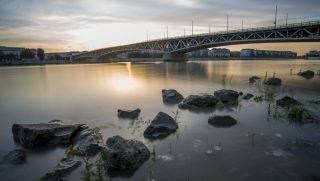 Budapest, 2017. szeptember 11. Hosszú expozíciós idõvel készült felvétel: a Petõfi híd 2017. szeptember 11-én. Nyolcvan éve, 1937. szeptember 12-én adták át a forgalomnak a hetedik budapesti Duna-hidat, amelyet akkor Horthy Miklósról neveztek el. MTI Fotó: Balogh Zoltán