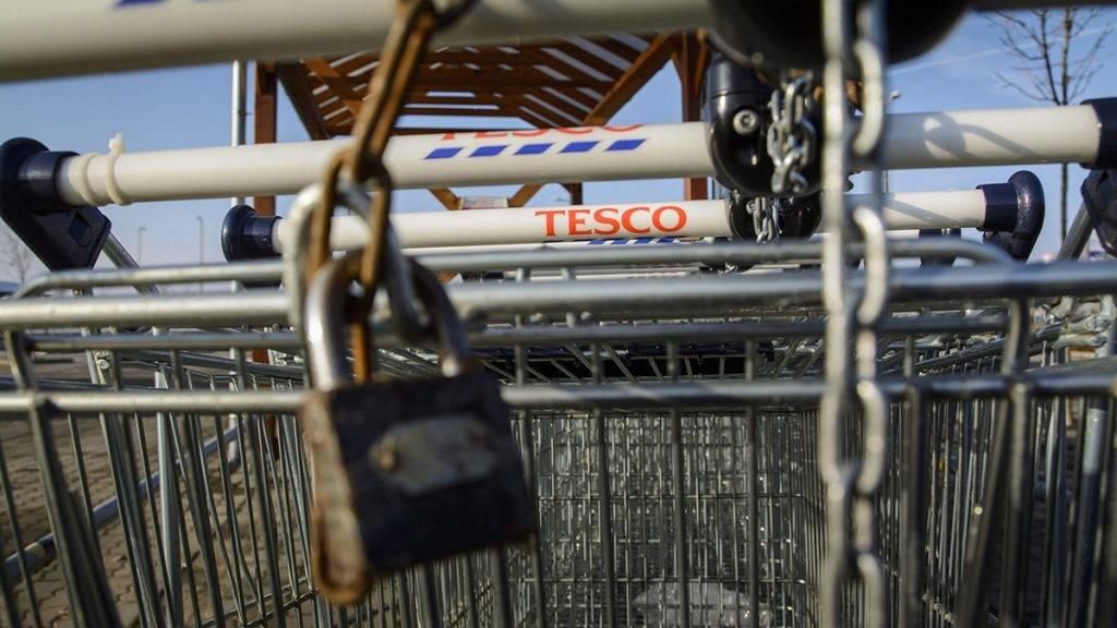 Hajdúböszörmény, 2015. február 5.Lakat a bevásárlókocsikon a bezárt Tesco áruháznál Hajdúböszörményben 2015. február 5-én. Az áruházlánc január 13-án jelentette be, hogy február 4-től bezár 13 magyarországi üzletet. A bezárás után 566 dolgozó közül 350-et továbbfoglalkoztat a Tesco más üzletekben, 60 kollégájának nem tud a vállalaton belül új pozíciót ajánlani, míg 90 munkavállaló saját maga döntött úgy, hogy a cégen kívül keres új lehetőséget.MTI Fotó: Czeglédi Zsolt