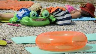 Hajdúszoboszló, 2015. július 18. Egy fürdõvendég a hajdúszoboszlói strandon 2015. július 18-án. MTI Fotó: Czeglédi Zsolt