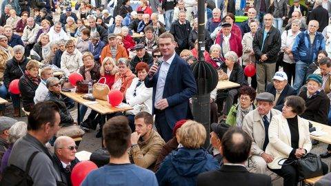 Győr, 2017. szeptember 24.Botka László, az MSZP miniszterelnök-jelöltje a 28. Őszirózsa fesztiválon Győrben, a szocialista párt székháza előtt 2017. szeptember 24-én. A rendezvényen bemutatták a város két választókerületének MSZP-s parlamenti képviselőjelöltjét.MTI Fotó: Krizsán Csaba