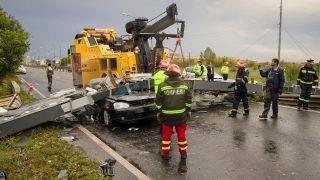 Temesvár, 2017. szeptember 17. Tûzoltók dolgoznak egy személyautóra dõlt oszlop eltávolításán Temesváron 2017. szeptember 17-én. Ítéletidõ söpört végig a nap folyamán a Bánság romániai részén, ketten Temesváron, ketten pedig a tõle harminc kilométernyire lévõ Buziásfürdõn vesztették életüket, tizenketten pedig megsérültek. (MTI/AP/Cornel Putan)