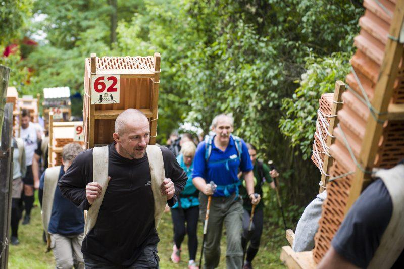 Eger, 2017. szeptember 23. A X. Eged-hegyi Sherpa Rally verseny egyik résztvevõje Eger közelében 2017. szeptember 23-án. A magashegységekben dolgozó serpák teljesítményének tiszteletére indított teherhordó-versenyen a férfiaknak válaszhatóan húsz, negyven, vagy hatvan, a nõknek húsz kilogrammos terhet kell felvinniük a hegyre. MTI Fotó: Komka Péter