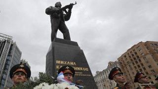 Moszkva, 2017. szeptember 19. A díszõrség tagjai megkoszorúzzák Mihail Kalasnyikov orosz altábornagynak, fegyverkonstruktõrnek, az AK-47-es Kalasnyikov gépkarabély feltalálójának a szobrát a Moszkva belvárosában tartott szoboravató ünnepségen 2017. szeptember 19-én, a fegyverkészítõk oroszországi napján. Kalasnyikov négy méter magas alapzaton álló ötméteres alakja egy AK-47-est tart a kezében. A szobrot az orosz Szalavat Scserbakov készítette. Kalasnyikov 2013-ban 94 évesen hunyt el.  (MTI/EPA/Szergej Ilnyickij)