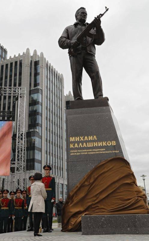 Moszkva, 2017. szeptember 19. Jelena Kalasnyikov, Mihail Kalasnyikov orosz altábornagynak, fegyverkonstruktõrnek, az AK-47-es Kalasnyikov gépkarabély feltalálójának a lánya lelepzi apja szobrát a fegyverkészítõk oroszországi napja alkalmából tartott ünnepségen Moszkva belvárosában 2017. szeptember 19-én. Kalasnyikov négy méter magas alapzaton álló ötméteres alakja egy AK-47-est tart a kezében. A szobrot az orosz Szalavat Scserbakov készítette. Kalasnyikov 2013-ban 94 évesen hunyt el.  (MTI/EPA/Szergej Ilnyickij)