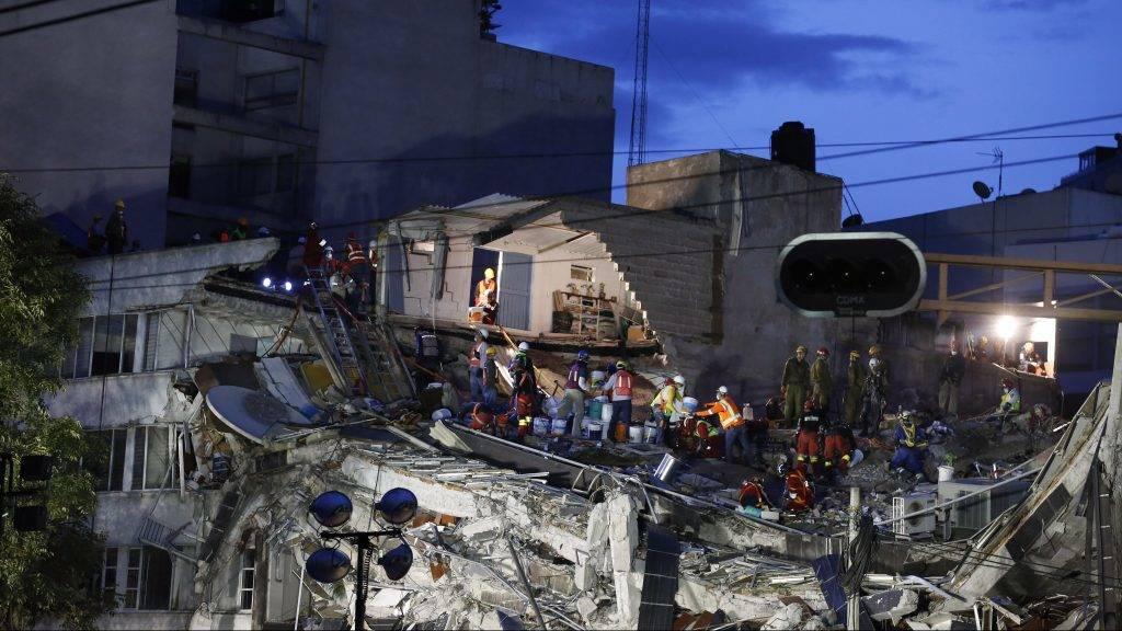 Mexikóváros, 2017. szeptember 23. Túlélõket keresnek a mentõk egy irodaépület romjai alatt, Mexikóváros Roma Norte negyedében 2017. szeptember 22-én, miután két nappal korábban 7,1 erõsségû földrengés volt Mexikó déli részén. Legalább 294 ember életét vesztette. (MTI/AP/Rebecca Blackwell)