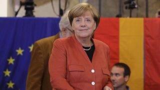 Berlin, 2017. szeptember 24. Angela Merkel német kancellár, a Kereszténydemokrata Unió (CDU) elnöke szavaz a német parlamenti választásokon Berlinben 2017. szeptember 24-én. (MTI/AP/Matthias Schrader)