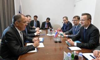 New York, 2017. szeptember 18. A Külgazdasági és Külügyminisztérium (KKM) által közreadott képen Szijjártó Péter külgazdasági és külügyminiszter (j) és Szergej Lavrov orosz külügyminiszter (b) találkozója az ENSZ-közgyûlés 72. ülésszakának keretében a világszervezet New York-i székházában 2017. szeptember 19-én. MTI Fotó: KKM