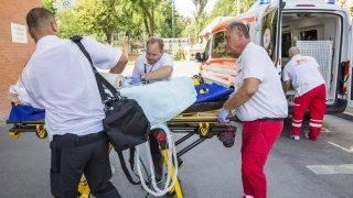 Szeged, 2017. augusztus 10. A Bulgáriában balesetet szenvedett, majd kómába esett 19 éves nõt mentõk viszik a Szegedi Tudományegyetem Szent-Györgyi Albert Klinikai Központ Aneszteziológiai és Intenzív Terápiás Intézetébe 2017. augusztus 10-én. MTI Fotó: Rosta Tibor