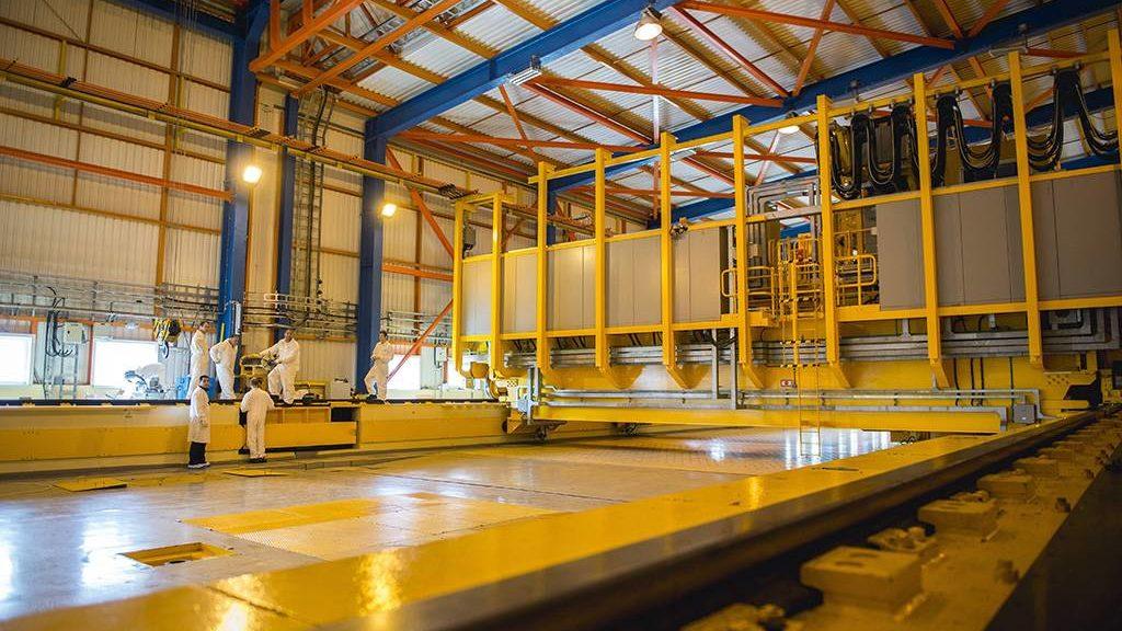 Paks, 2016. október 13.Átrakógép Pakson, a Radioaktív Hulladékokat Kezelő Kft. Kiégett Kazetták Átmeneti Tárolójában 2016. október 13-án. A tároló öt moduljában több mint nyolcezer, a paksi atomerőműben elhasznált fűtőelemet helyeztek el, a most megépült hatodik modul az atomerőmű szomszédságában, de a szükséges engedélyezés még hátravan.MTI Fotó: Sóki Tamás
