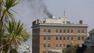 San Francisco, 2017. szeptember 1. Fekete füst gomolyog a San Franciscó-i orosz fõkonzulátus épületének tetejérõl 2017. szeptember 1-én. Az Egyesült Államok az elõzõzõ napon felszólította Oroszországot, hogy zárja be San Franciscó-i fõkonzulátusát,  továbbá szüntesse be tevékenységét washingtoni és New York-i konzulátusának egy-egy hivatalában. A bezárásokra az amerikai fél legkésõbb szeptember 2-ig ad idõt. Washington ezzel a döntésével arra reagált, hogy, Moszkva júliusban elrendelte: az Egyesült Államoknak szeptember 1-jéig 755 fõvel csökkentenie kell oroszországi nagykövetségének és konzuli képviseleteinek létszámát. (MTI/AP/Eric Risberg)