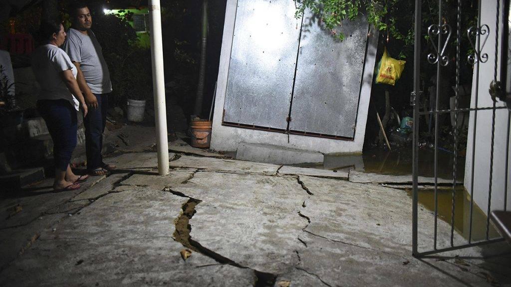 Coatzacoalcos, 2017. szeptember 8.A Richter-skála szerinti nyolcas erősségű földrengésben megrongálódott talaj a mexikói Coatzacoalcosban 2017. szeptember 8-án hajnalban. A déli Chiapas szövetségi állam kormányzója bejelentette, hogy a földrengésnek legkevesebb három halálos áldozata van az államban, amelyhez a legközelebb volt a rengés középpontja a Csendes-óceánban. (MTI/EPA/Angel Hernandez)