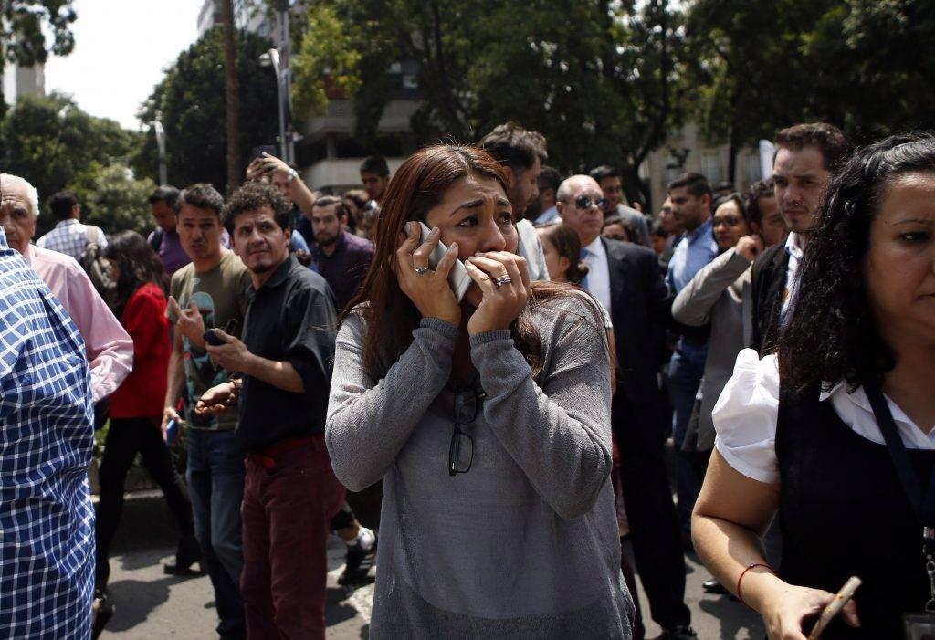 Mexikóváros, 2017. szeptember 19. Egy irodaházból kimenekült emberek Mexikóvárosban 2017. szeptember 19-én, miután 7,1 erõsségû földrengés volt Mexikó déli részén. (MTI/AP/Rebecca Blackwell)