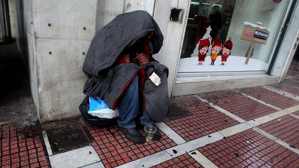 Athén, 2013. január 8.Takaróba burkolózva kuporogva kéreget egy hajléktalan a járókelőktől Athén belvárosában 2013. január 8-án. Nem kormányzati szervezetek szerint a hajléktalanok száma a görög fővárosban eléri a 15 ezret az országot sújtó gazdasági és pénzügyi válság miatt. (MTI/EPA/Oresztisz Panajotu)