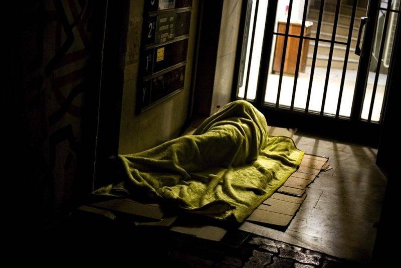 Athén, 2011. december 22.A 2011. december 22-én elérhetővé vált képen egy hajléktalan férfi alszik a kövezeten egy irodaház bejáratánál, a görög főváros, Athén belvárosában, 2011. december 9-én. Görög szociális munkások közlése szerint több mint húszezer ember él az utcán Athénban, és számuk látványosan megugrott az elmúlt két év súlyos gazdasági nehézségei során. (MTI/EPA/Alkisz Konsztantinidisz)
