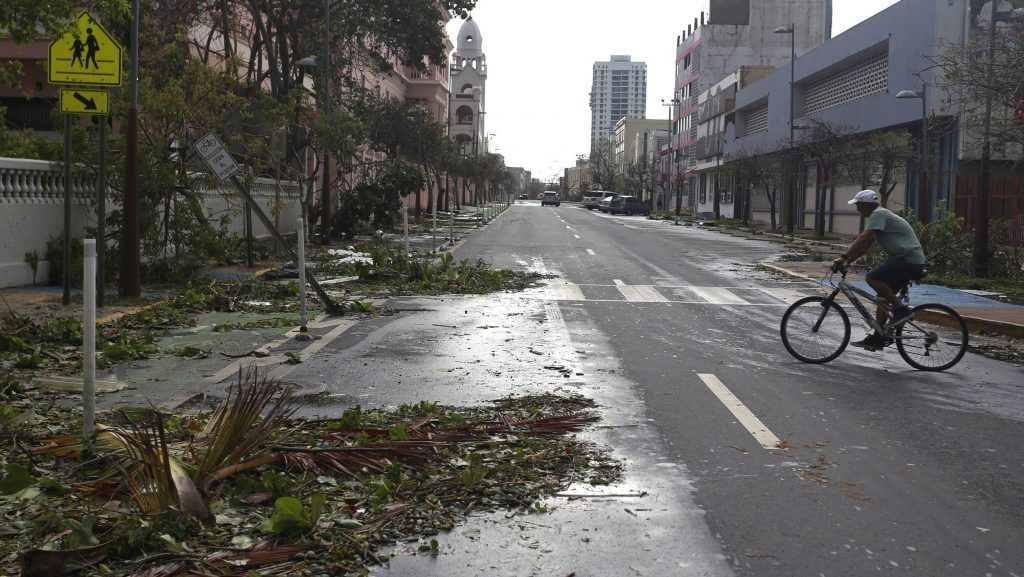 San Juan, 2017. szeptember 21.  Letörött faágak egy úttesten Puerto Rico fõvárosában, San Juanban a karibi térségben tomboló Maria hurrikán elvonulása után 2017. szeptember 21-én. (MTI/EPA/Thais Llorca)