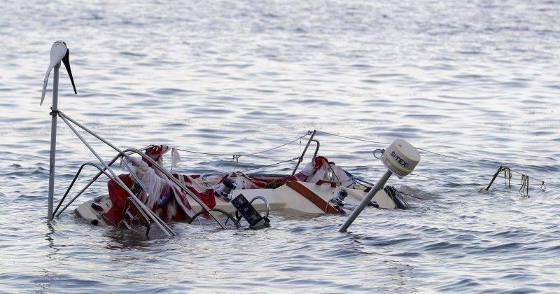 Miami, 2017. szeptember 12. Elsüllyedt motorcsónak Miami egyik kikötõjében 2017. szeptember 11-én, az Irma hurrikán elvonulása után. Floridában a szélvihar tíz halálos áldozatot követelt. (MTI/EPA/Erik S. Lesser)