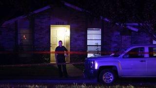 Plano, 2017. szeptember 11. Rendõr áll egy ház elõtt, ahol hét ember és az elkövetõ életét vesztette egy lövöldözésben a texasi Dallas egyik elõvárosában, Planóban 2017. szeptember 10-én éjjel. (MTI/AP/Vernon Bryant/The Dallas Morning News)