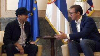 Belgrád, 2017. szeptember 24. Ralph Fiennes angol színész Aleksandar Vucic szerb elnökkel (j) beszélget Belgrádban 2017. szeptember 24-én. Fiennes átvette szerb útlevelét és személyi igazolványát, miután megkapta a szerb állampolgárságot. (MTI/AP/Darko Vojinovic)