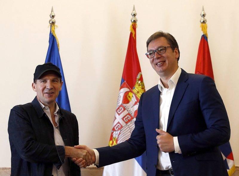 Belgrád, 2017. szeptember 24.Ralph Fiennes angol színész Aleksandar Vucic szerb elnökkel (j) Belgrádban 2017. szeptember 24-én. Fiennes átvette szerb útlevelét és személyi igazolványát, miután megkapta a szerb állampolgárságot. (MTI/AP/Darko Vojinovic)