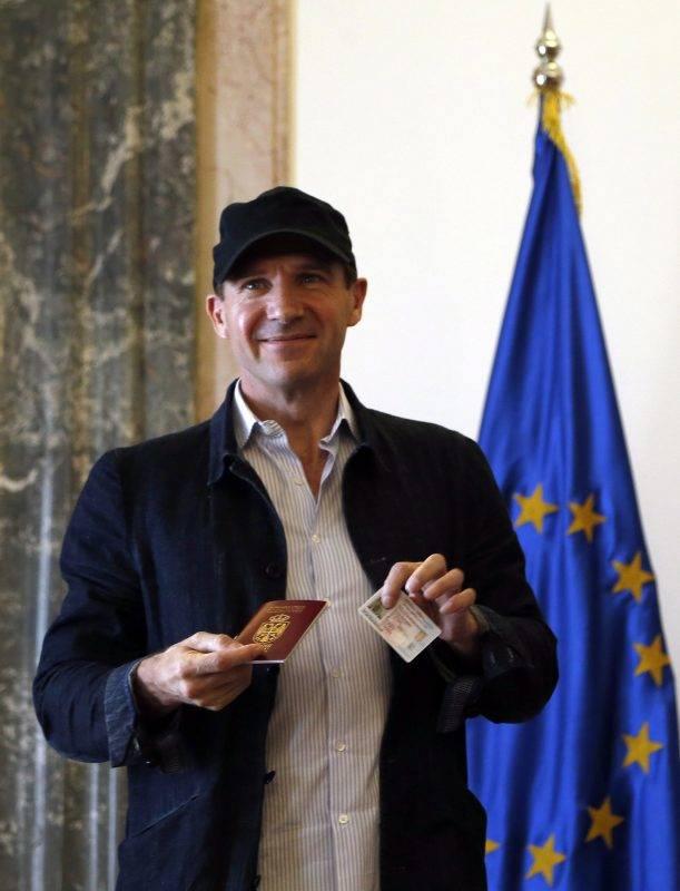 Belgrád, 2017. szeptember 24. Ralph Fiennes angol színész szerb útlevelét és személyi igazolványát mutatja az Aleksandar Vucic szerb elnökkel tartott belgrádi találkozóján 2017. szeptember 24-én, miután megkapta a szerb állampolgárságot. (MTI/AP/Darko Vojinovic)