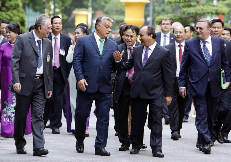 Hanoi, 2017. szepttember 25. Orbán Viktor miniszterelnököt (k, balra) fogadja Nguyen Xuan Phuc vietnami kormányfõ (k, jobbra) a megbeszélésük kezdetén Hanoiban 2017. szeptember 25-én. Jobbra Õry Csaba, vietnami magyar nagykövet. (MTI/AP/Tran Van Minh)