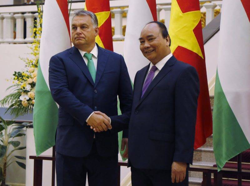 Hanoi, 2017. szepttember 25. Orbán Viktor miniszterelnököt (b) fogadja Nguyen Xuan Phuc vietnami kormányfõ a megbeszélésük kezdetén Hanoiban 2017. szeptember 25-én. (MTI/AP/Tran Van Minh)