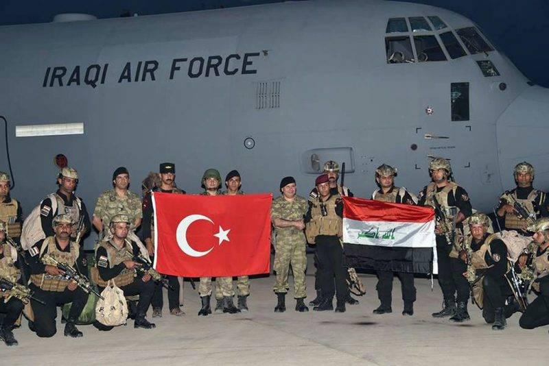 Silopi, 2017. szeptember 25.Török (b) és iraki katonák nemzetiszínű zászlóikkal az Észak-Irakkal határos délkelet-törökországi Sirnak tartomány Silopi körzetében tartott közös hadgyakorlaton 2017. szeptember 25-én, a kurd függetlenségi népszavazás lezárása után. (MTI/AP pool/Török hadsereg)