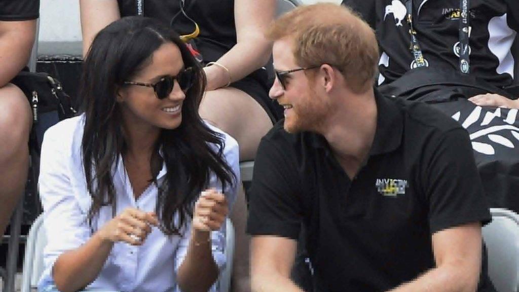 Toronto, 2017. szeptember 26. Harry herceg, a brit trónörökös másodszülött fia és a barátnõje, Meghan Markle amerikai színésznõ kerekesszékesek teniszmérkõzésén, a herceg által hadirokkantaknak életre hívott Invictus Games (Legyõzhetetlen Játékok) nemzetközi sporteseményen Torontóban 2017. szeptember 25-én. (MTI/AP/The Canadian Press/Nathan Denette)