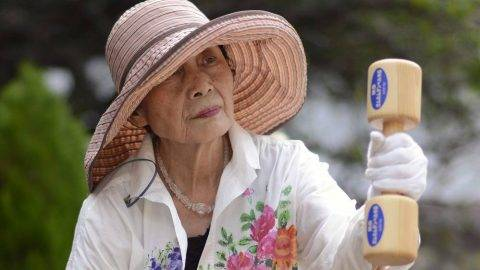 Tokió, 2012. szeptember 17. Egy idõs hölgy kézisúlyzóval végez gyakorlatot a Tisztelet az idõseknek nevû napon Tokióban 2012. szeptember 17-én. Egy szeptember 16-i kormányzati jelentés szerint a 65 éves vagy annál idõsebb japán lakosok száma most elõször átlépte a 30 milliót. (MTI/EPA/Franck Robichon)