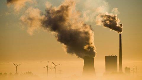 Hohenhameln, 2015. szeptember 10.Füst száll fel a németországi Hohenhameln szénerőművének kéményeiből 2015. szeptember 10-én. (MTI/EPA/Julian Stratenschulte)