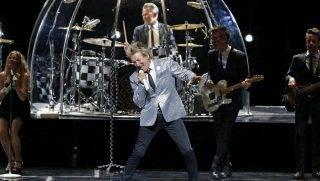 Madrid, 2016. július 6. Rod Stewart brit énekes (k) a madridi Királyi Színházban tartott koncertjén 2016. július 5-én. (MTI/ EPA/Kiko Huesca)