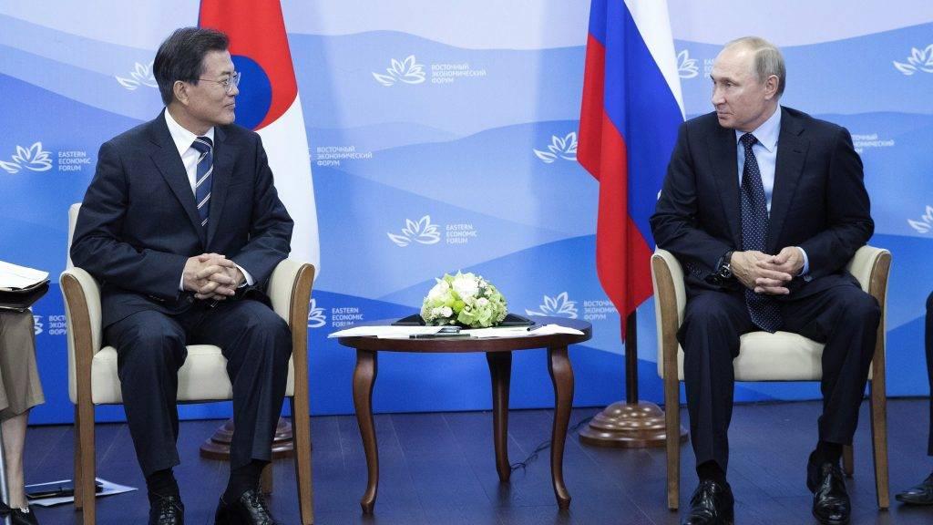 Vlagyivosztok, 2017. szeptember 6. Vlagyimir Putyin orosz elnök (j) és Mun Dzse In dél-koreai államfõ megbeszélést folytat Vlagyivosztokban 2017. szeptember 6-án. (MTI/EPA/Yonhap)