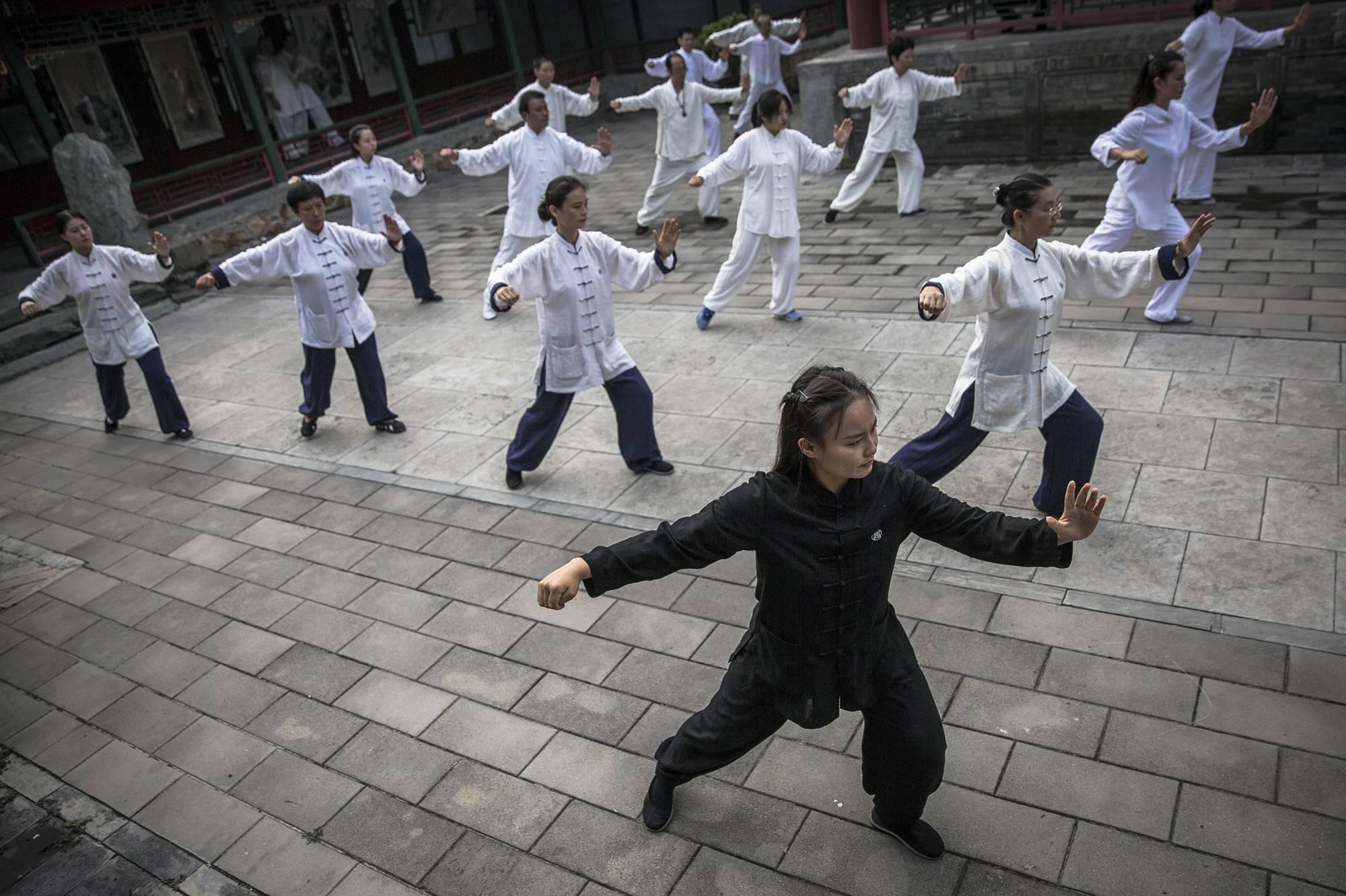 Peking, 2017. szeptember 8.Tung Li-tan taoista kungfumester (elöl) belső stílusú vutang- (Wudang) edzést tart tanítványainak a pekingi Fehér Felhő taoista templomban 2017. augusztus 16-án. (MTI/EPA/Roman Pilipej)