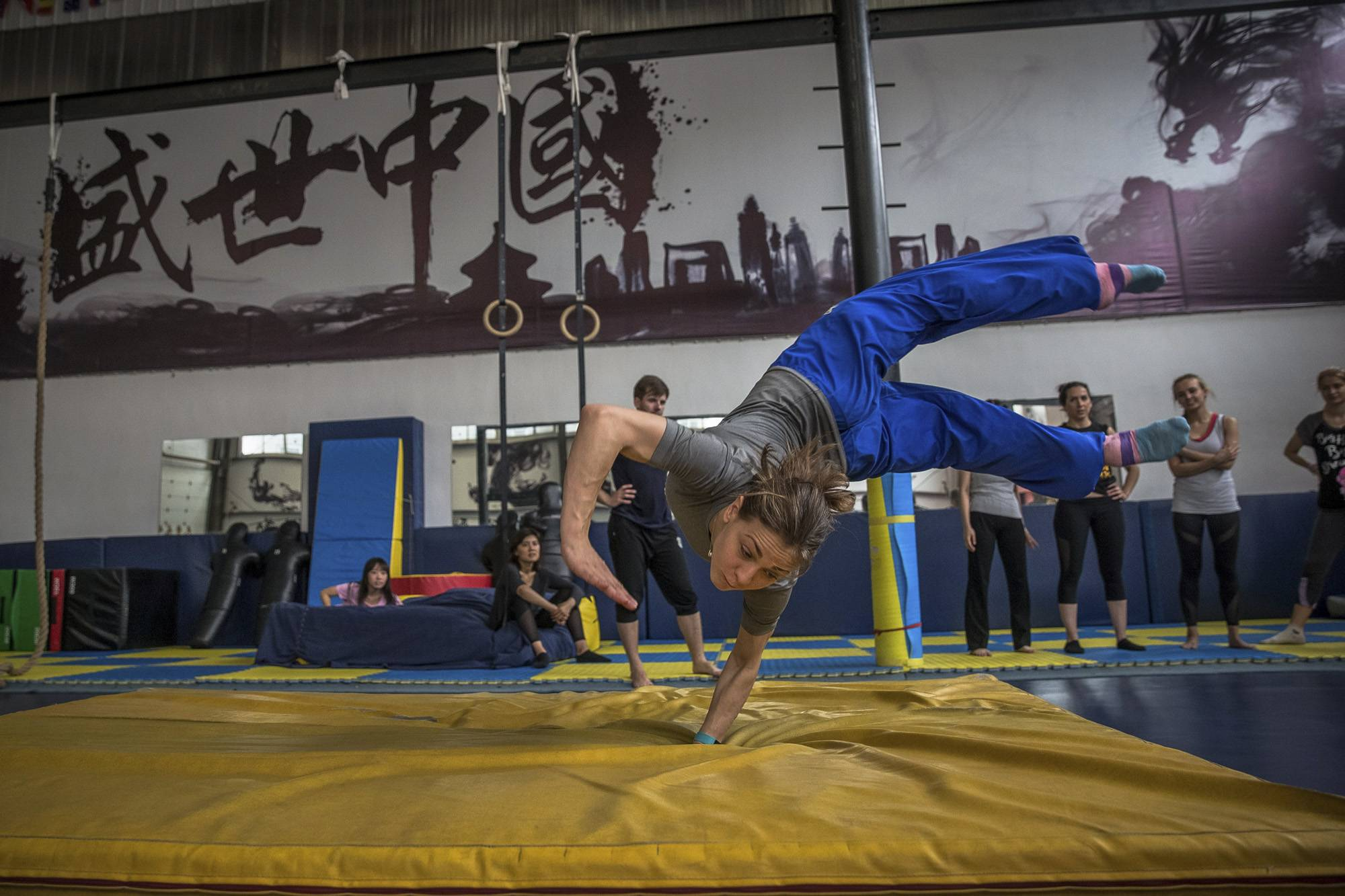 Peking, 2017. szeptember 8.Miroszlava Mala, kétszeres vusu-világbajnok ukrán sportoló gyakorlatot végez a pekingi Troy's Team nevű vusuiskola termében 2017. június 8-án. (MTI/EPA/Roman Pilipej)