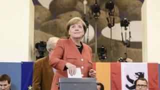 Berlin, 2017. szeptember 24. Angela Merkel német kancellár, a Kereszténydemokrata Unió (CDU) elnöke szavaz a német parlamenti választásokon Berlinben 2017. szeptember 24-én. (MTI/EPA/Clemens Bilan)