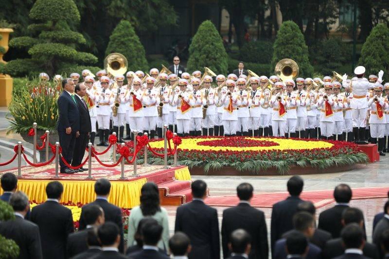 Hanoi, 2017. szepttember 25. Orbán Viktor miniszterelnök (b) és Nguyen Xuan Phuc vietnami kormányfõ (b2) a vietnami elnöki palotánál tartott fogadási ünnepségen Hanoiban 2017. szeptember 25-én. (MTI/EPA/Luong Thai Linh)