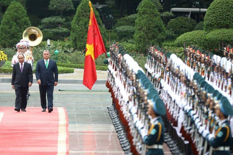 Hanoi, 2017. szepttember 25. Orbán Viktor miniszterelnök (b2) és Nguyen Xuan Phuc vietnami kormányfõ (b) ellép a díszegység elõtt a vietnami elnöki palotánál tartott fogadási ünnepségen Hanoiban 2017. szeptember 25-én. (MTI/EPA/Luong Thai Linh)