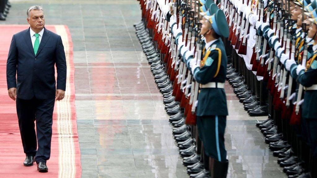 Hanoi, 2017. szepttember 25. Orbán Viktor miniszterelnök ellép a díszegység elõtt a vietnami elnöki palotánál tartott fogadási ünnepségén Hanoiban 2017. szeptember 25-én. (MTI/EPA/Luong Thai Linh)