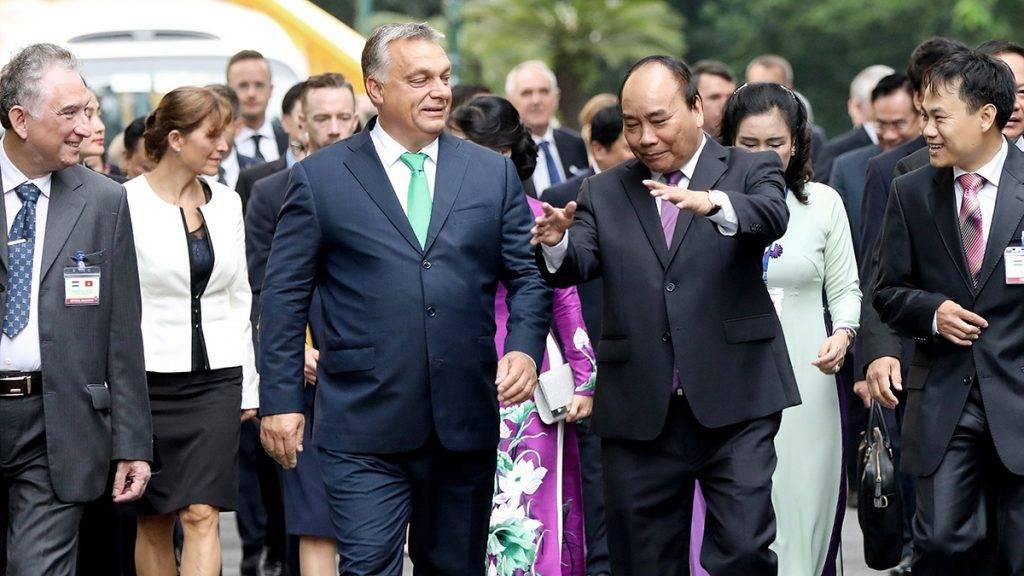Hanoi, 2017. szeptember 25.Orbán Viktor miniszterelnök (k, balra) és Nguyen Xuan Phuc vietnami kormányfő (k, jobbra) a vietnami elnöki palotánál tartott fogadási ünnepségen Hanoiban 2017. szeptember 25-én. (MTI/EPA/Luong Thai Linh)