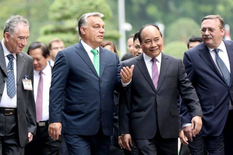 Hanoi, 2017. szepttember 25. Orbán Viktor miniszterelnök (b2) és Nguyen Xuan Phuc vietnami kormányfõ (j2) a vietnami elnöki palotánál tartott fogadási ünnepségen Hanoiban 2017. szeptember 25-én. Jobbra Õry Csaba, vietnami magyar nagykövet. (MTI/EPA/Luong Thai Linh)
