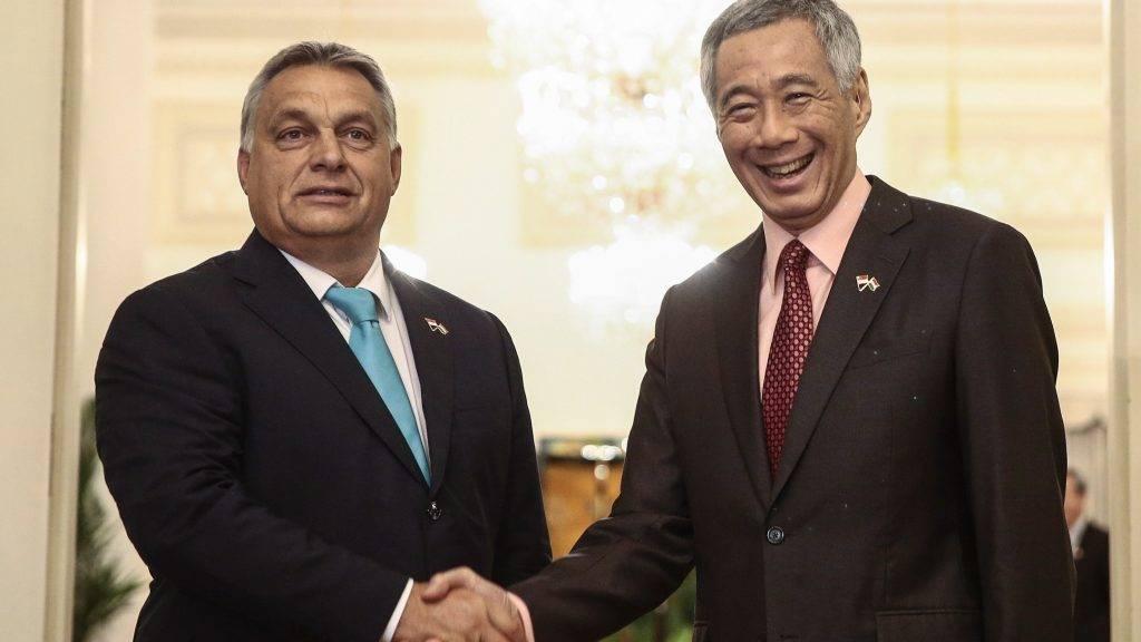 Szingapúr, 2017. szeptember 26. Orbán Viktor miniszterelnököt fogadja Li Hszien Lung szingapúri miniszterelnök (j) a szingapúri Isztana elnöki palotában 2017. szeptember 26-án. (MTI/EPA/Wallece Woon)