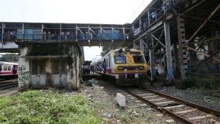 Mumbai, 2017. szeptember 29. Két vasútállomást összekötõ gyalogoshíd, amelyen a pánikba esett tömeg huszonegy embert agyontaposott Mumbaiban 2017. szeptember 29-én. (MTI/EPA/Divjakant Szolanki)