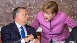 Brüsszel, 2017. március 9.Az Európai Néppárt által közreadott képen Orbán Viktor miniszterelnök, Fidesz - Magyar Polgári Párt elnöke és Angela Merkel német kancellár az Európai Néppárt, az EPP csúcsértekezletén, amelyet az Európai Unió brüsszeli csúcstalálkozója előtt tartanak 2017. március 9-én. (MTI/Európai Néppárt)